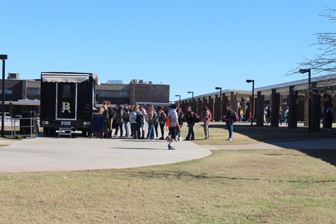 Curbside Café offers food truck lunches on campus