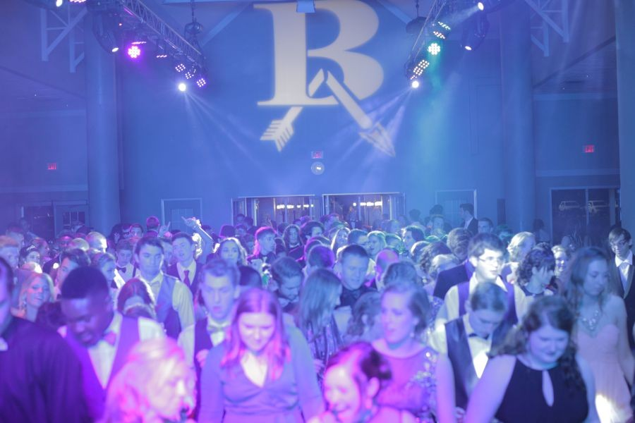 Students+dance+at+the+2015+prom%2C+which+was+held+at+the+Jenks+Aquarium.+