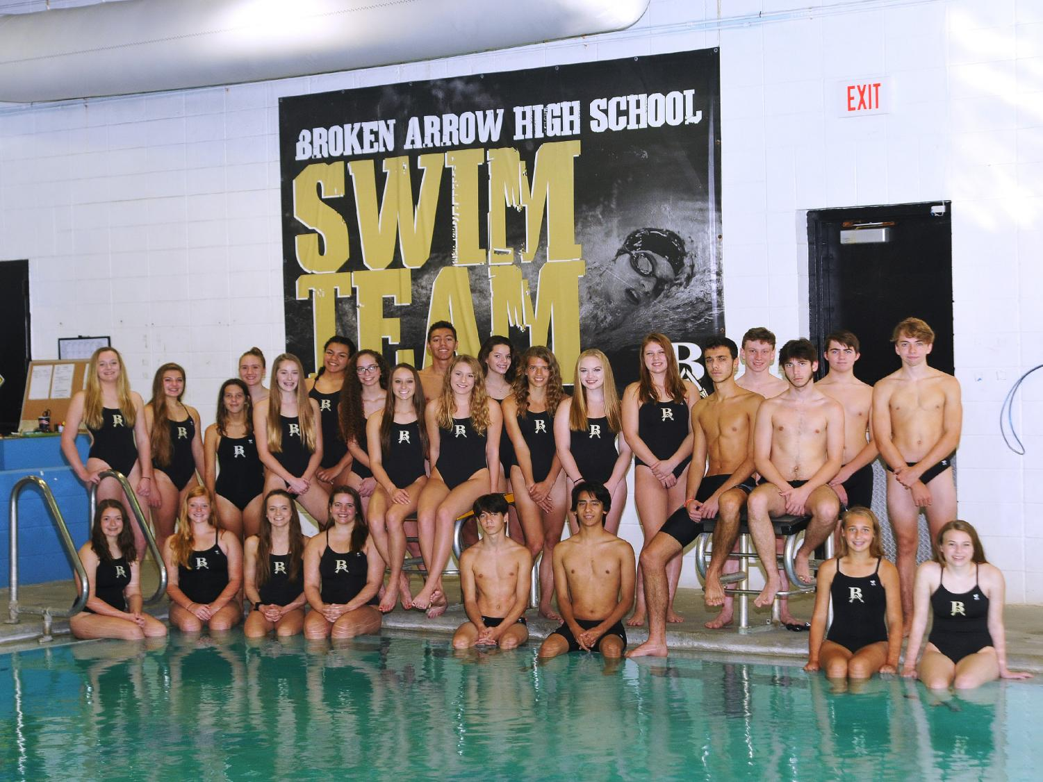 The 17-18 swim team poses for a team photo.