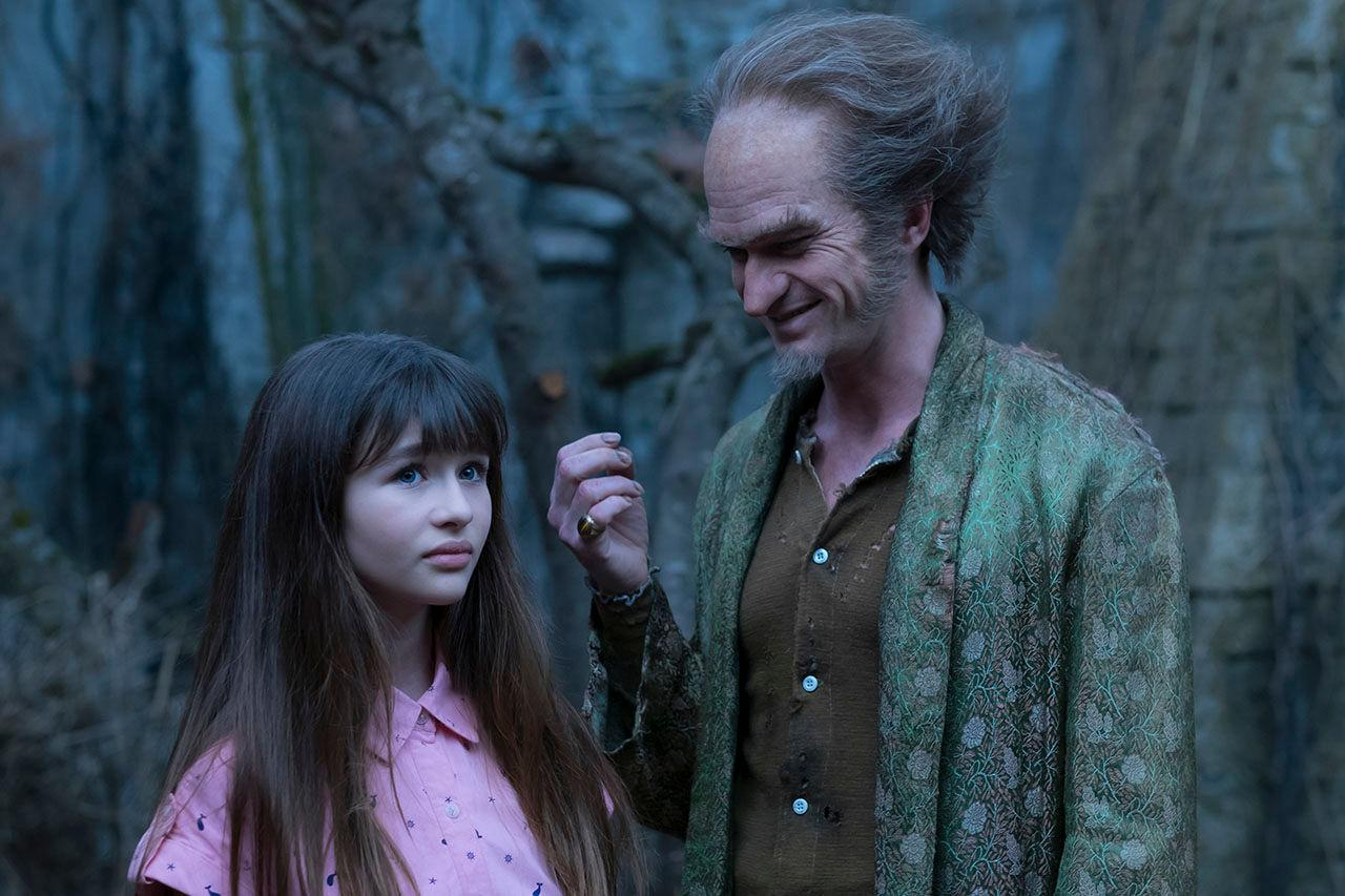 Violet Baudelaire (Malina Weissman) and Count Olaf (Neil Patrick Harris) in
